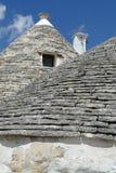 La pietra coned i rooves delle case di trulli immagini stock