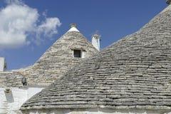 La pietra coned i rooves delle case di trulli immagine stock libera da diritti