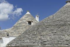La pietra coned i rooves delle case di trulli fotografia stock