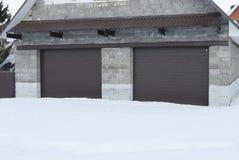 La pietra del garage con il rullo shutters nel colore marrone fotografia stock