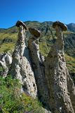 La pietra di fenomeno della natura si espande rapidamente in montagne di Altai vicino al fiume Immagini Stock