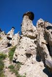 La pietra di fenomeno della natura si espande rapidamente in montagne di Altai vicino al fiume Fotografie Stock Libere da Diritti