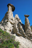 La pietra di fenomeno della natura si espande rapidamente in montagne di Altai vicino al fiume Immagini Stock Libere da Diritti