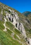 La pietra di fenomeno della natura si espande rapidamente in montagne di Altai vicino al fiume Fotografie Stock