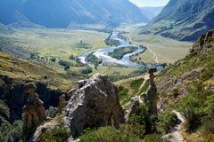 La pietra di fenomeno della natura si espande rapidamente in montagne di Altai vicino al fiume Fotografia Stock Libera da Diritti
