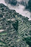 La pietra di Machu Picchu ha perso la città e le Ande con le nuvole Nessuna gente Immagine Stock