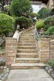 La pietra funziona l'entrata della scala dalla via Immagine Stock