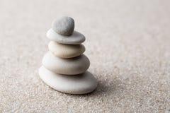 La pietra giapponese di meditazione del giardino di zen per concentrazione ed il rilassamento insabbiano ed oscillano per armonia immagini stock libere da diritti