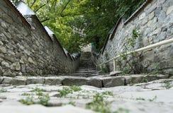 La pietra ha coperto la via in Lahic Vista sceneric d'annata fotografie stock libere da diritti