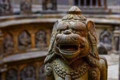 La pietra ha elaborato il leone antico in Lalitpur Nepal immagini stock libere da diritti