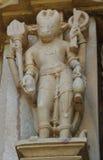 La pietra ha scolpito il bassorilievo erotico in tempio indù in Khajuraho, India Immagine Stock