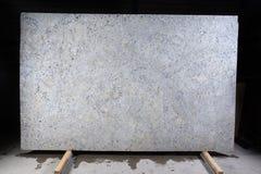 La pietra naturale di colore bianco con le macchiette scure, ha chiamato il granito bianco fantastico immagini stock