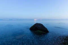 La pietra nel mare Immagine Stock
