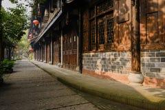 La pietra per lastricare ha pavimentato il vicolo fra le costruzioni tradizionali nella vittoria soleggiata Fotografia Stock
