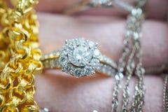 La pietra preziosa del diamante dell'argento e dell'oro suona le collane e gli orecchini Immagine Stock Libera da Diritti