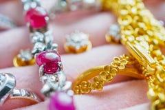 La pietra preziosa del diamante dell'argento e dell'oro suona le collane e gli orecchini Immagini Stock Libere da Diritti