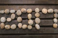 La pietra scrive il nuovo anno 2017 su fondo di legno Fotografia Stock