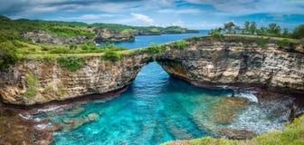 La pietra si piega il mare Spiaggia rotta, Nusa Penida, Indonesia Fotografie Stock Libere da Diritti