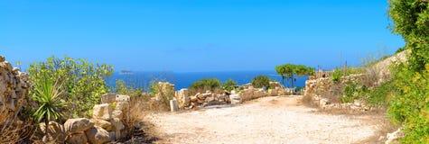 La pietra tipica ha sparso l'affronto del mare a Malta immagini stock libere da diritti