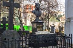La pietra tombale è un busto di Denis Davydov sulla sua tomba nel convento di Novodevichy La città di Mosca Immagine Stock Libera da Diritti