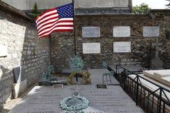 La pietra tombale di generale Marquis Lafayette e la sua moglie, cimitero storico di Picpus, Parigi, Francia mostra la bandiera a Immagini Stock Libere da Diritti