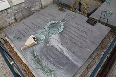 La pietra tombale di generale Marquis Lafayette e la sua moglie, cimitero storico di Picpus, Parigi, Francia mostra la bandiera a Immagine Stock