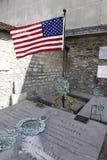 La pietra tombale di generale Marquis Lafayette e la sua moglie, cimitero storico di Picpus, Parigi, Francia mostra la bandiera a Fotografia Stock Libera da Diritti