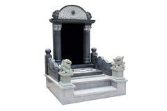 La pietra tombale ha sistemato con i leoni della pietra blu su un fondo bianco Fotografie Stock