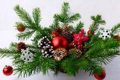 La pieza central de la tabla de la Navidad con las bolas rojas y la mano adornaron el pi Fotografía de archivo