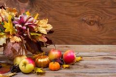 La pieza central de la tabla de la acción de gracias con caída sale del ramo Fotografía de archivo