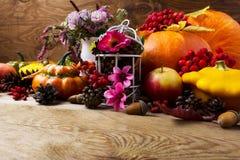 La pieza central de la tabla de la caída con las flores rosadas adornó el birdcage, poli Fotos de archivo libres de regalías