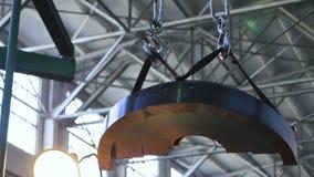 La pieza de metal grande del compresor levantó para arriba y transportó almacen de metraje de vídeo