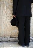 Sostener un sombrero por la pared que se lamenta Foto de archivo