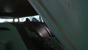 La pieza del compresor del primer levanta para arriba y los controles del trabajador almacen de video