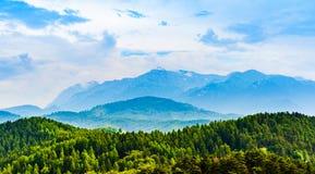 La pieza del macizo de Postavarul de las montañas de Cárpatos del rumano corrió foto de archivo libre de regalías