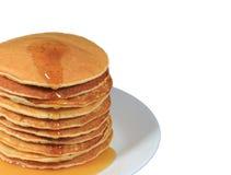 La pila alta chiusa di pancake fatti freschi con sciroppo d'acero è servito sul piatto bianco, fondo bianco con spazio libero per Fotografia Stock Libera da Diritti
