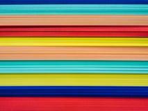 La pila ascendente cercana de arco iris coloreó los papeles para el trabajo creativo imagen de archivo libre de regalías