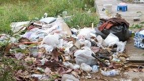 La pila de basura miente cerca de la acera en Asia tailandia Pattaya almacen de metraje de vídeo