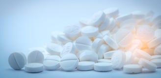 La pila de blanco hace tabletas la píldora que contiene el ` 2 5 ` Sulfato 2 de Terbutaline uso del magnesio 5 para el alivio del imágenes de archivo libres de regalías