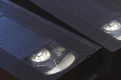 La pila de cintas de video negras de la cinta de VHS se cierra para arriba Foto de archivo