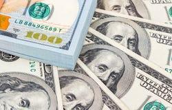 La pila de dólares americanos de los diez milésimos se cierra para arriba Imagenes de archivo