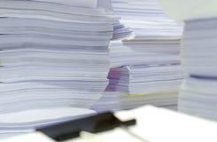La pila de documentos en el escritorio apila para arriba arriba esperar que se manejará Fotos de archivo libres de regalías