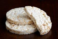 La pila de dos y la mitad soplaron las tortas de arroz Imagen de archivo libre de regalías