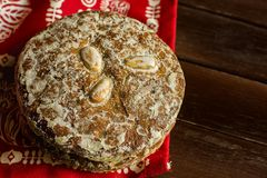 La pila de galletas alemanas tradicionales del pan de jengibre de la Navidad esmaltó Lebkuchen con las almendras Tabla roja festi imagen de archivo