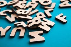 La pila de inglés de madera pone letras al fondo Imagen de archivo