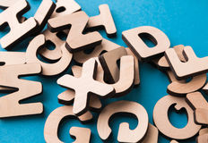 La pila de inglés de madera pone letras al fondo Imágenes de archivo libres de regalías