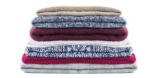 La pila de invierno hecho punto viste en el fondo de madera, suéteres, géneros de punto, espacio para el texto Fotos de archivo