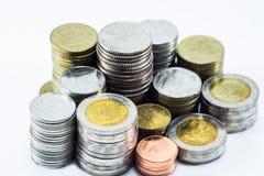 La pila de la moneda aislada en blanco Foto de archivo libre de regalías