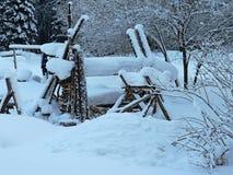 La pila de leña en la nieve Fotos de archivo libres de regalías