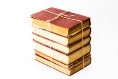 La pila de libros en el fondo blanco ligó a un cordón fotografía de archivo libre de regalías